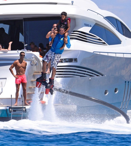 C.Ronaldo mặc quần đùi hồng,  dẫn quý tử đi bơi - 1