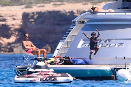 C.Ronaldo thoải mái ngắm nhìn con trai vui đùa