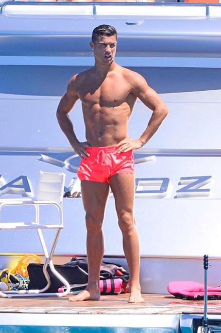 C.Ronaldo mặc quần đùi hồng,  dẫn quý tử đi bơi - 3