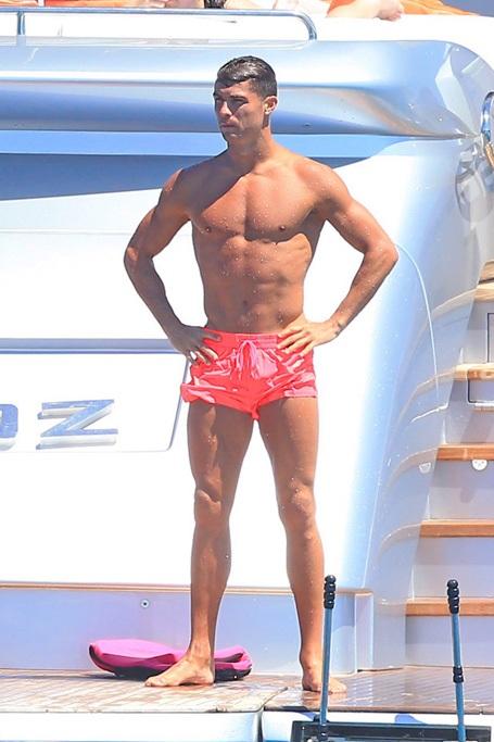 Thân hình đẹp như siêu mẫu của C.Ronaldo