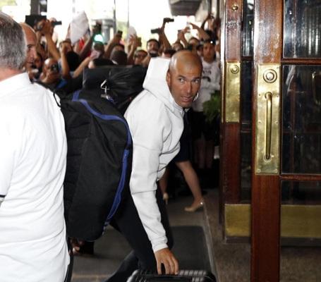 HLV Zidane lo lắng trước cảnh CĐV tấn công các cầu thủ của mình