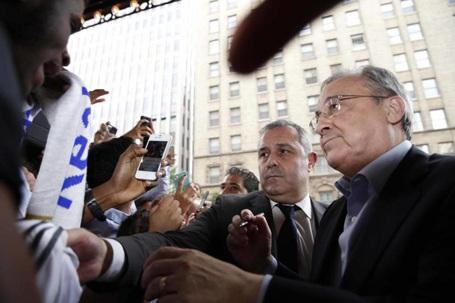 Chủ tịch Real Madrid, Florentino Perez ký tặng người hâm mộ