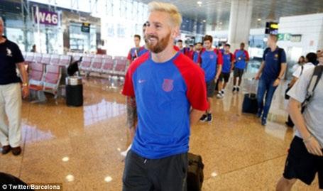 Nụ cười tươi rói của Messi ở sân bay