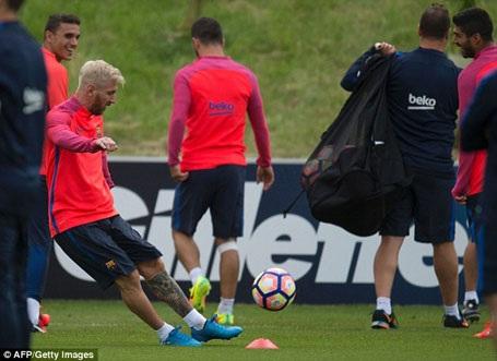 Messi gây sốt với mái tóc bạch kim trên đất Anh - 9