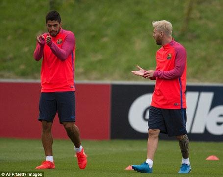 Messi gây sốt với mái tóc bạch kim trên đất Anh - 6
