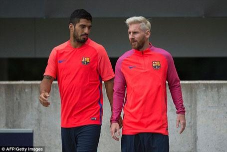 Messi gây sốt với mái tóc bạch kim trên đất Anh - 7