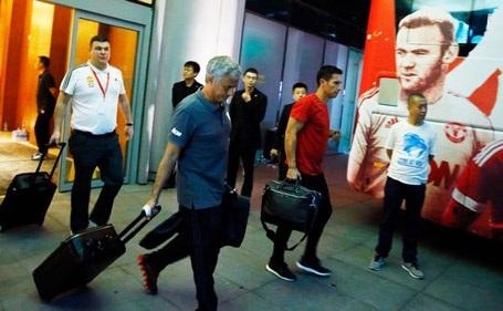HLV Mourinho và các học trò lên đường về nước