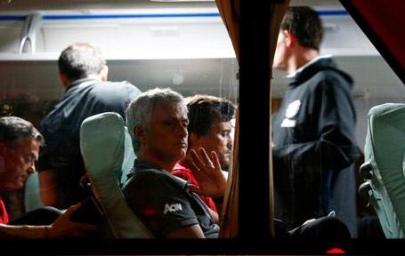 HLV Mourinho cũng vẫy tay chào tạm biệt người hâm mộ