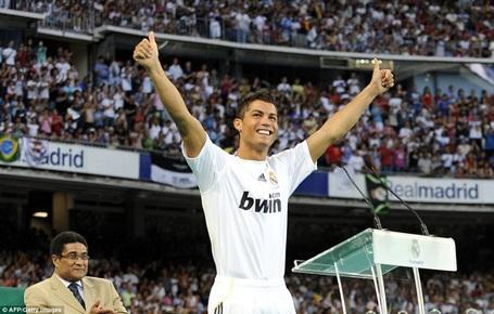 """Trước đó 4 năm, Real Madrid từng phá kỷ lục chuyển nhượng để mang về C.Ronaldo. Tại Bernabeu, """"siêu sao"""" người Bồ Đào Nha đã vươn tầm mạnh mẽ và trở thành cầu thủ hàng đầu thế giới. C.Ronaldo đã góp công lớn giúp Real Madrid giành mọi danh hiệu cao quý (La Liga, Champions League, cúp nhà Vua). Bản thân cầu thủ này cũng giành 2 Quả bóng vàng trong màu áo Los Blancos."""