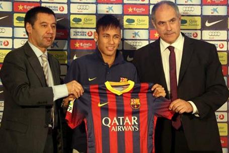 """Sau vụ lùm xum về mức giá thực của Neymar, con số cuối cùng được công bố là 88,2 triệu euro. Dù sao, Barcelona cũng không hề tiếc rẻ khi vung ra số tiền lớn như vậy để chiêu mộ """"tiểu Pele"""" bởi cầu thủ này đã thi đấu quá tốt trong những năm qua. Hơn nữa, Neymar còn có triển vọng phát triển lớn."""