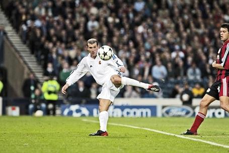 """Năm 2001, Real Madrid đã """"chịu chơi"""" khi chi tới 73,5 triệu euro (mức phí kỷ lục ở thời điểm đó) để chiêu mộ Zidane. Tiền vệ tài hoa người Pháp đã cho thấy mình """"đáng giá tới từng xu"""" khi thể hiện tầm ảnh hưởng lớn ở Bernabeu."""