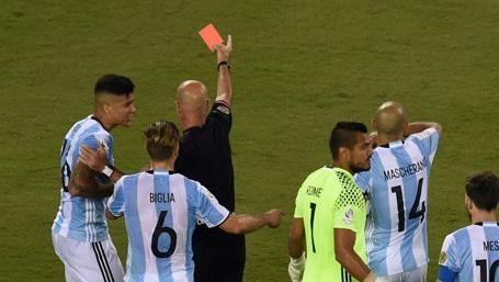 """Bất cứ cầu thủ nào có lỗi hành vi với trọng tài (phản ứng, lăng mạ, xô ngã…) sẽ bị phạt nặng hơn trước. Những cầu thủ có hành động """"thiếu tôn trọng"""" trọng tài (tranh cãi, phản đối quyết định…) sẽ phải nhận thẻ vàng. Những cầu thủ sử dụng những ngôn từ lăng mạ hoặc chỉ tay vào mặt trọng tài sẽ bị đuổi khỏi sân."""