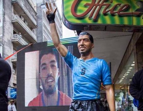 Bức tượng mô phỏng hình ảnh Luis Suarez trong màu áo ĐTQG