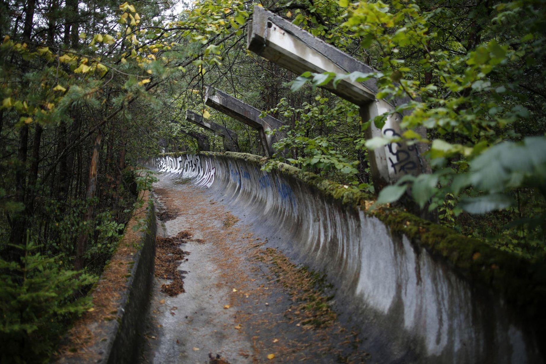 Thiên nhiên xâm lấn nơi tổ chức môn Bobsleigh (đua xe tuyết) ở Olympic mùa Đông Sarajevo 1984