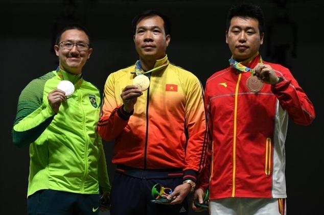 Xạ thủ Hoàng Xuân Vinh giành tấm Huy chương vàng lịch sử (ảnh: Daily Mail)