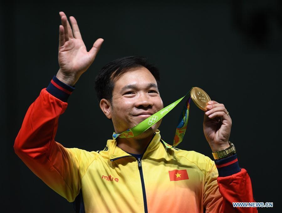 Hoàng Xuân Vinh và tấm huy chương vàng lịch sử (Ảnh: tờ News.cn)