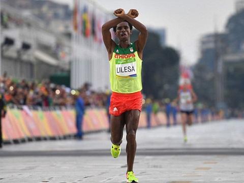 VĐV Feyisa Lilesa giơ biểu tượng vắt chéo tay khi thi đấu