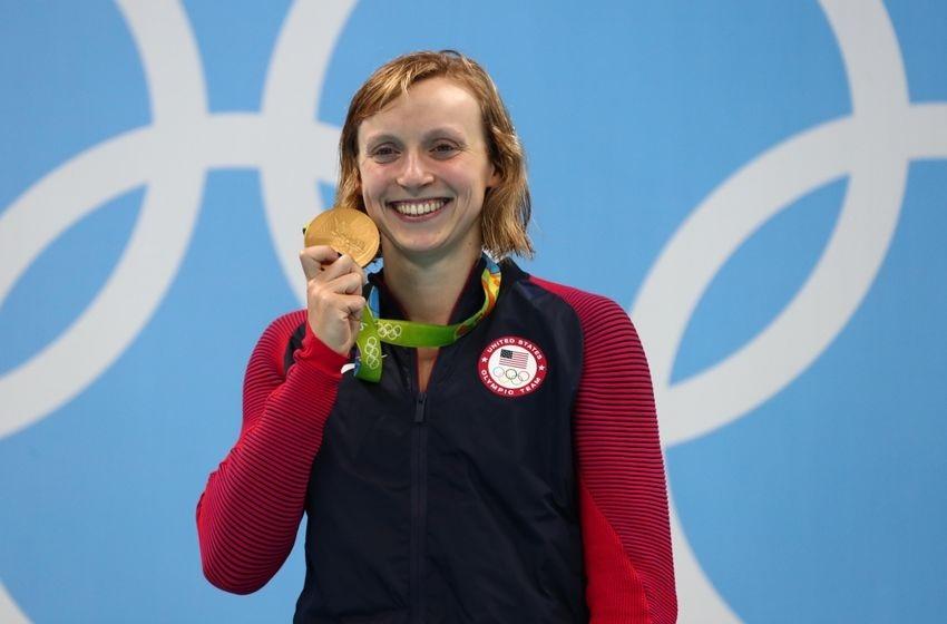 """Nếu như ở các nội dung bơi lội, của nam, Michael Phelps đã độc chiếm huy chương thì ở nội dung của nữ, VĐV 19 tuổi Katie Ledecky đã trở thành """"nữ hoàng"""" tuyệt đối khi giành 4 huy chương vàng và 1 huy chương bạc. Cô được mệnh danh là """"Michael Phelps nữ"""" của làng bơi lội thế giới."""