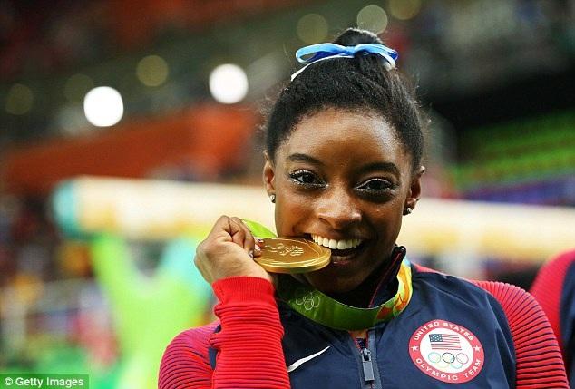 Simone Biles đã giành 4 huy chương vàng, 1 huy chương bạc ở Olympic Rio 2016. Đây là kỳ tích của cô gái mới 19 tuổi. Nhờ đó, Simone Biles được chọn để cầm cờ cho đoàn thể thao Mỹ trong lễ bế mạc Olympic.