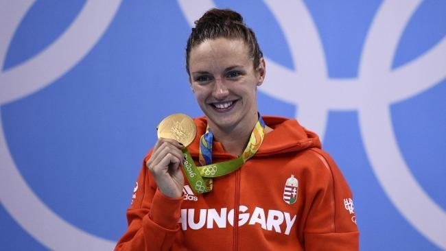 """VĐV người Hungary được mệnh danh là """"người đàn bà thép"""", người đã giành 3 huy chương vàng, 1 huy chương bạc ở Olympic 2016. Trong đó, cô phá kỷ lục thế giới ở nội dung 400 mét hỗn hợp nữ và phá kỷ lục Olympic ở nội dung 200 mét hỗn hợp."""