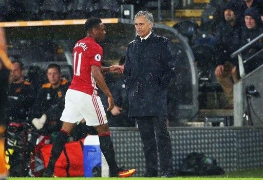 Rio Ferdinand cho rằng Mourinho nên thay thế Martial bằng Rashford