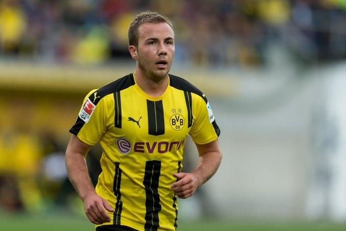 Dortmund đã bán đi những gương mặt trụ cột như Henrikh Mkhitaryan, Mats Hummels, Ilkay Gündogan… Do đó, họ buộc phải chi đậm để tăng cường lực lượng, để tìm được sự cân bằng. Những gương mặt như André Schürrle, Mario Götze, Raphaël Guerreiro, Ousmane Dembélé, Emre Mor, Sebastian Rode, Marc Bartra… đã được mang về Signal Iduna Park trong sự kỳ vọng lớn.