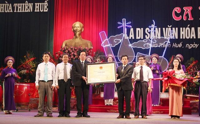 Lãnh đạo Sở Văn hóa, Thể thao và Du lịch tỉnh Thừa Thiên - Huế đón bằng công nhận Ca Huế là Di sản Văn hóa phi vật thể quốc gia