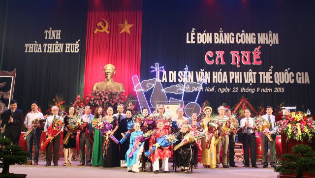 Tặng hoa ghi nhận sự đóng góp của nhiều nghệ sĩ đối với ca Huế