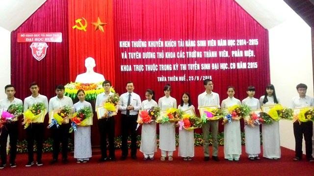 TS. Trương Quý Tùng, PGĐ ĐH Huế (thứ 6 từ trái sang) trao phần thưởng cho 13 Thủ khoa