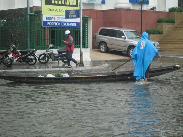 Ghe, thuyền đi trên phố
