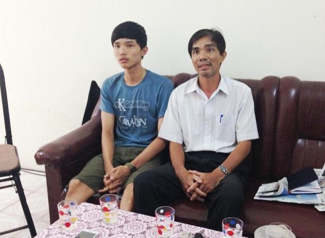 Em Tuấn và cha đến cơ quan báo chí trình bày bị cho thôi học sau 1 tháng học tại Đại học Y Dược Huế