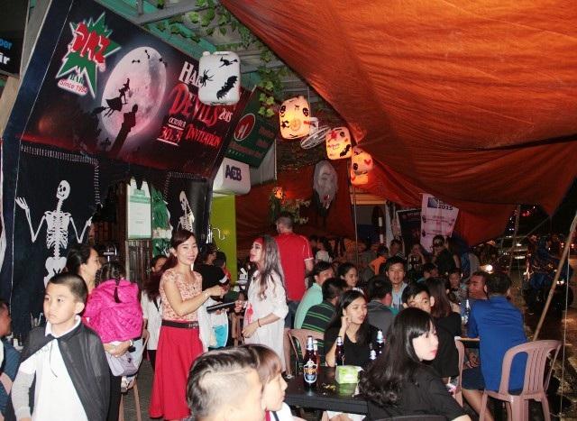 Dù mưa nhưng bữa tiệc hóa trang tại phố Tây Huế vẫn không hề vắng khách