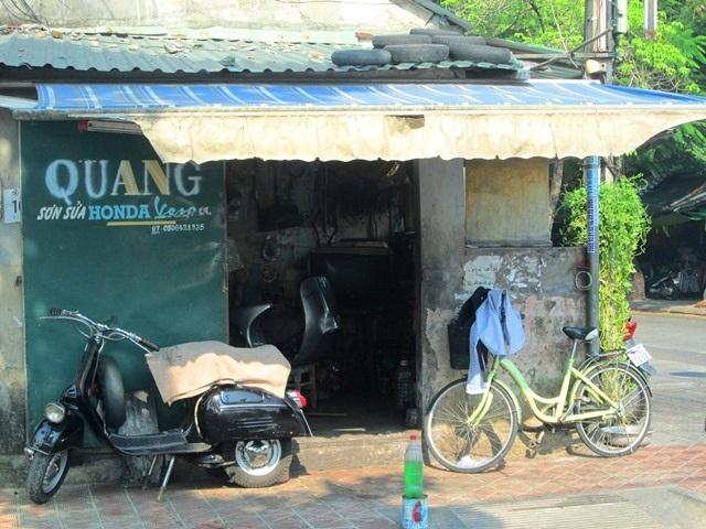 Tiệm sửa xe rộng chỉ 10 mét vuông của ông Quang Vespa