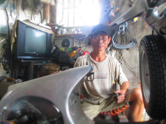 Cả ngày bên những chiếc xe vespa cổ - đối với ông Quang là một thú vui