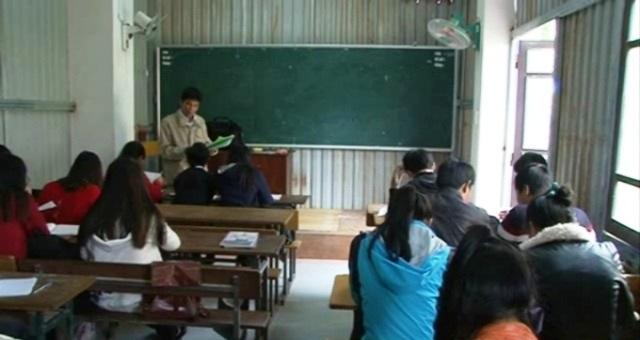 Gần 700 học sinh phải học trong những dãy nhà tạm vừa dựng lên giữa các hành lang bằng tôn