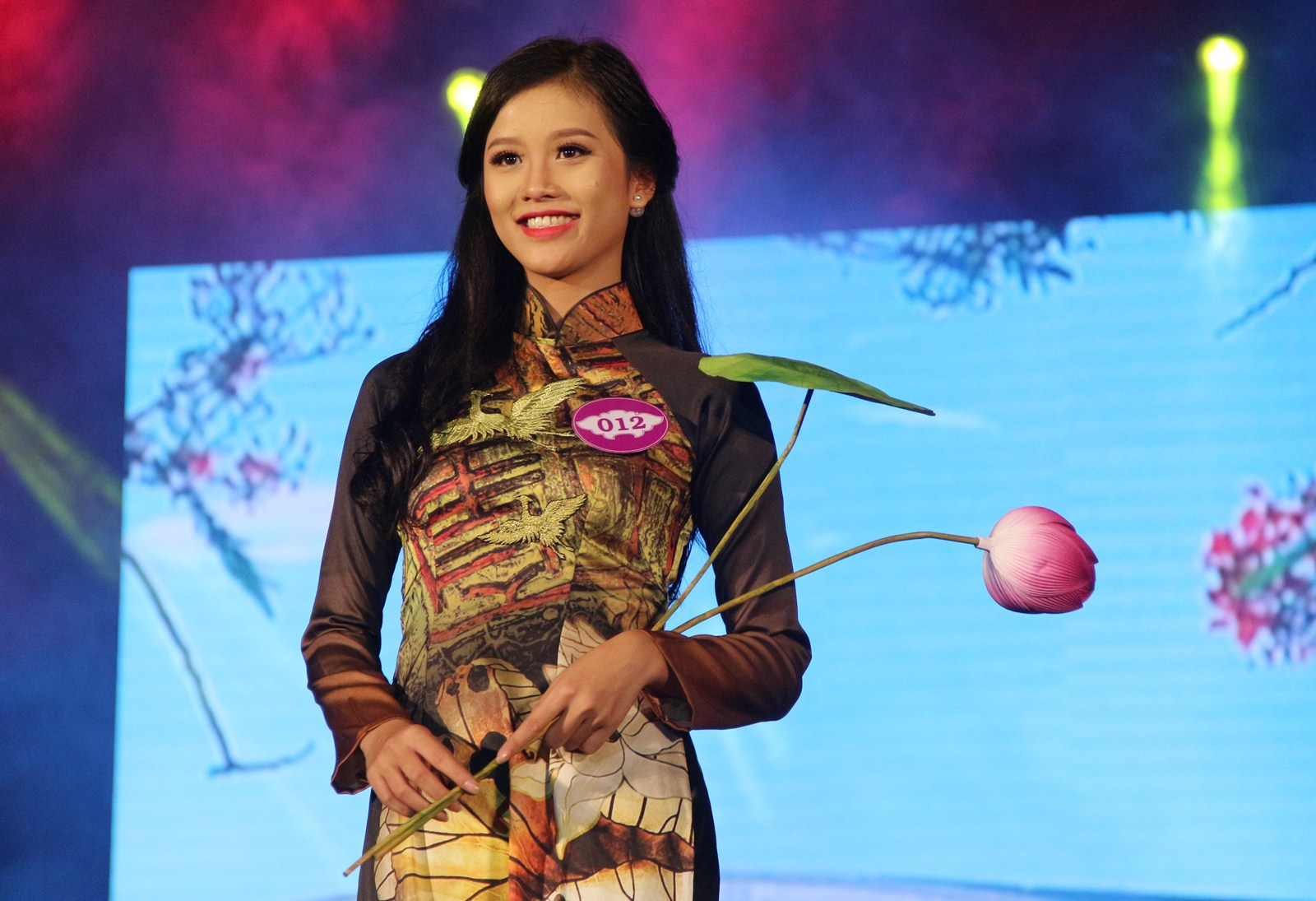 Người đẹp thứ 2 Dương Thị Ngọc Chi duyên dáng trong trang phục áo dài truyền thống