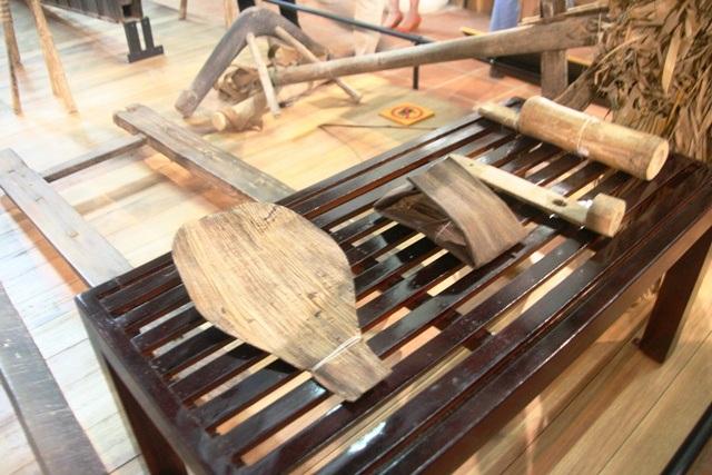 Chiếc quạt mo, ống gõ mỏ, gốc tre để đèn sáp