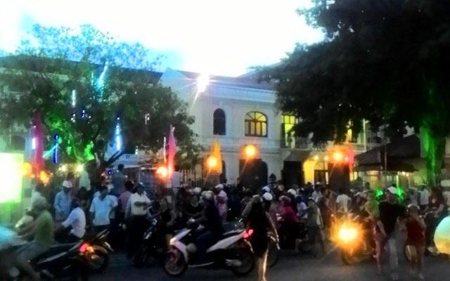 Đến gần 19h tối, đoàn người đi đánh ghen vẫn chưa rời khách sạn.