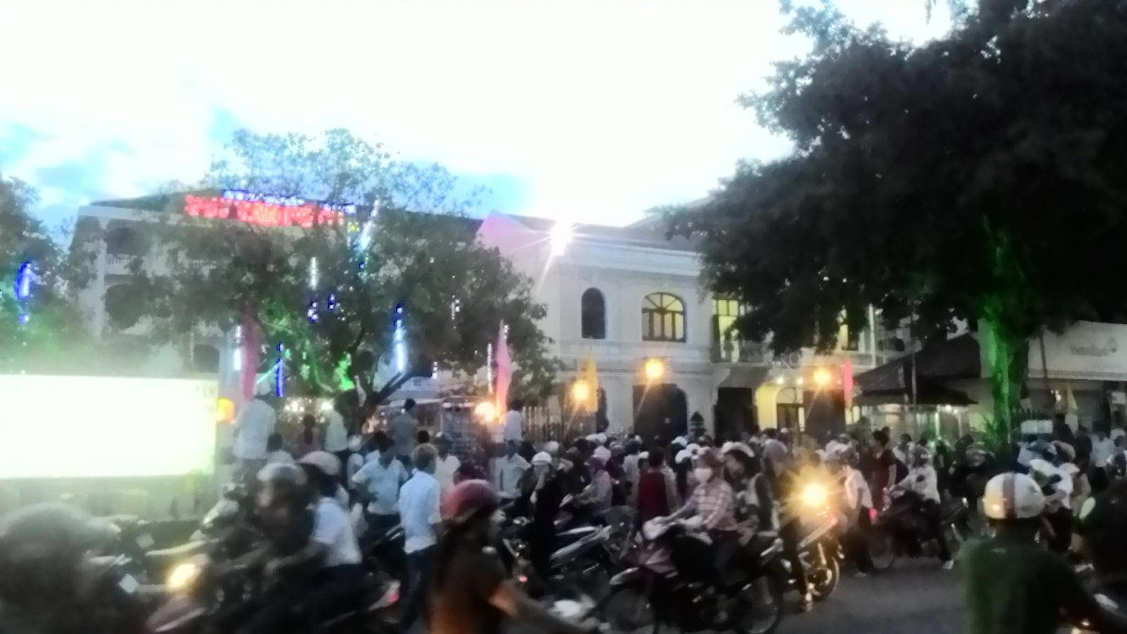 Khung cảnh hỗn loạn trước khách sạn Duy Tân