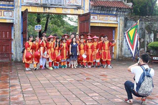 Các em học sinh được mặc trang phục quân lính xưa trong Hoàng cung Huế khi tham gia buổi ngoại khóa
