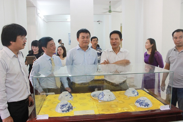 Nhà sưu tập Nguyễn Hữu Hoàng (áo trắng, thứ 3 từ phải qua) giới thiệu công chúng bộ sưu tập đồ sứ ký kiểu của mình