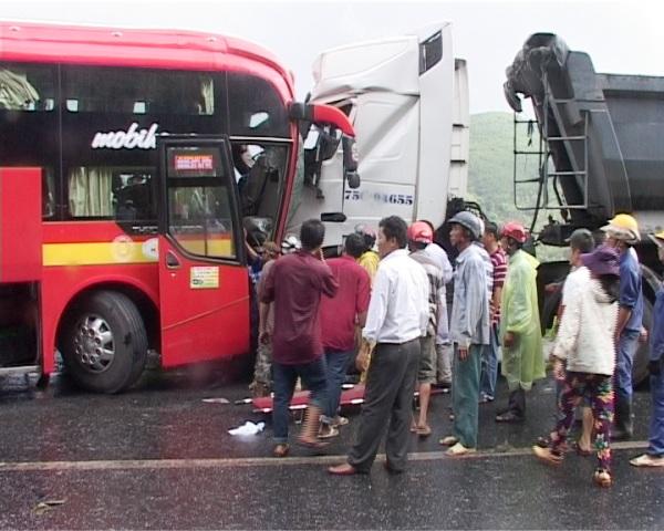 Hiện trường vụ tông xe nghiêm trọng tại đèo Phước Tượng làm 9 người bị thương