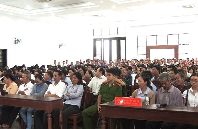 Rất đông người dân đến dự phiên tòa