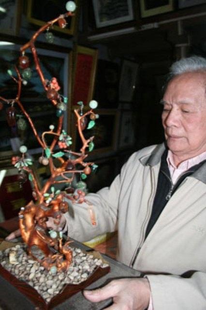 1 trong 3 bộ cây cành vàng lá ngọc còn lại hiếm hoi tại Huế thuộc sở hữu của nghệ nhân thêu Lê Văn Kinh (ảnh: Thế Nam)