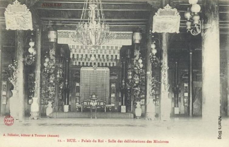 Gian thiết triều tại điện Cần Chánh. Có nhiều chậu sứ quý trong cắm các cây cành vàng lá ngọc (ảnh: blog Ngoan Trương Công)