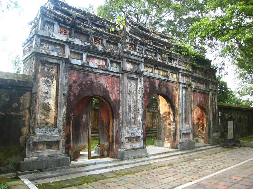 Điện Phụng Tiên nay giờ chỉ còn cổng Tam quan (ảnh: blog Thanh Nhan Tran)