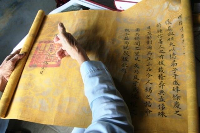 """Tấm sắc phong thời Khải Định của gia đình ông Phan Thuận An được đóng bằng chiếc Kim Ngọc Bảo Tỷ """"Sắc mệnh chi bảo"""""""