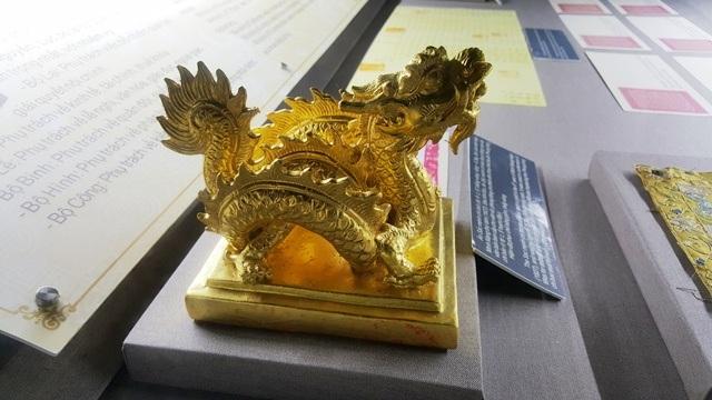 Hiện ở Bảo tàng Cổ vật Cung đình Huế chỉ trưng bày 1 chiếc ấn Sắc Mệnh Chi Bảo nhưng làm theo phiên bản 1:1 bằng gốm mạ vàng. Chiếc nguyên gốc đang nằm tại Bảo tàng Lịch sử Quốc gia ở Hà Nội
