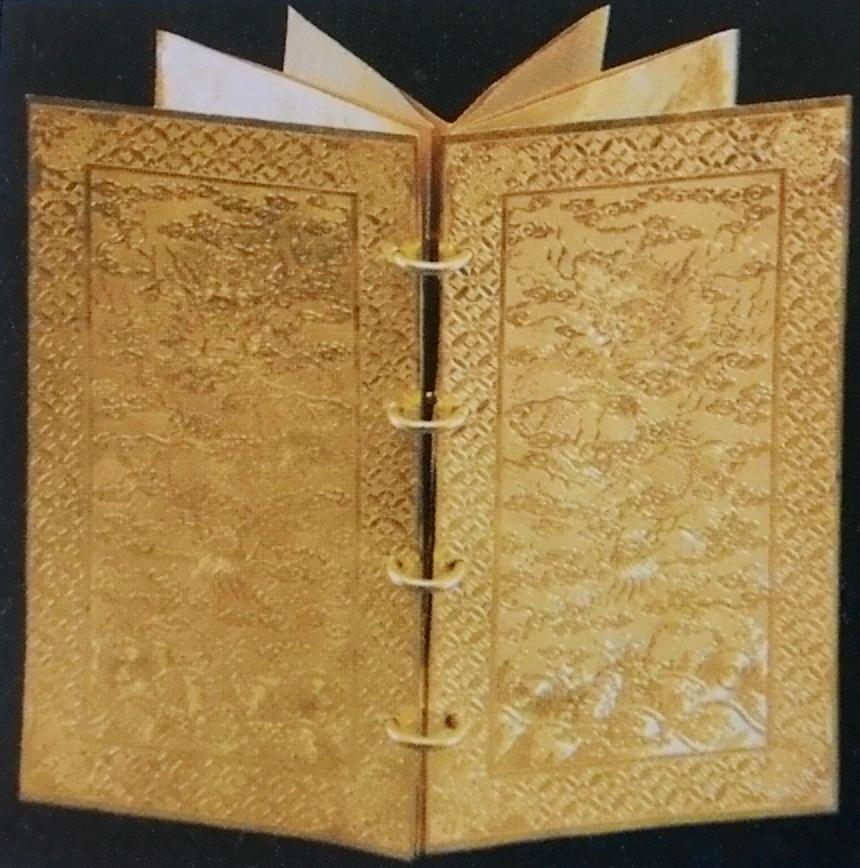 Ngoài ấn vàng bạc ngọc thì ở Huế hiện cũng không còn 1 cuốn kim sách nào. Ảnh là Kim sách Đế hệ thi thời vua Nguyễn