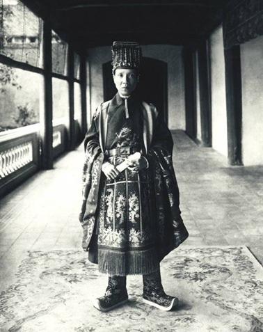 Vua Khải Định mặc chiếc áo tế Trời (ảnh: Bảo tàng Cổ vật Cung đình Huế cung cấp)